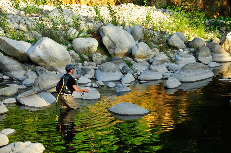 Pêche en période d'étiage, Le long de gros blocs rocheux.